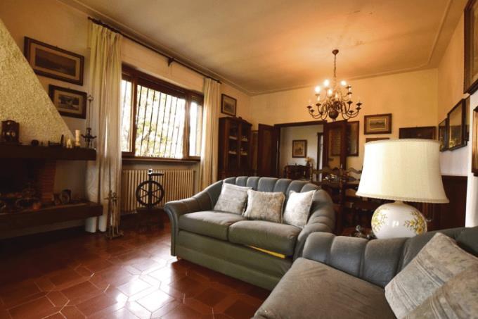 salone-con-caminetto-bellissima-villa-sul-mare-in-vendita-toscana-lucca-versilia
