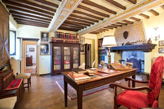 salone-con-caminetto-villa storica-in-vendita-spoleto-umbria