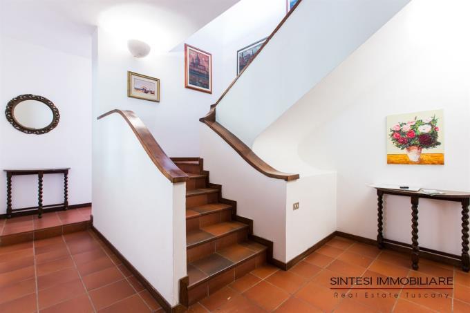 scalinata-interna-prestigiosa-villa-vendita-toscana-pisa