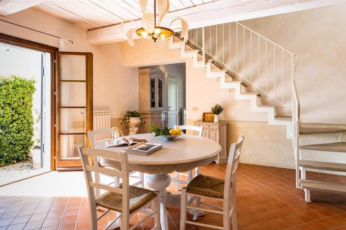 soggiorno-pranzo-prestigiosa-villa-con-piscina-6-camere-in-vendita-toscana-livorno-suvereto
