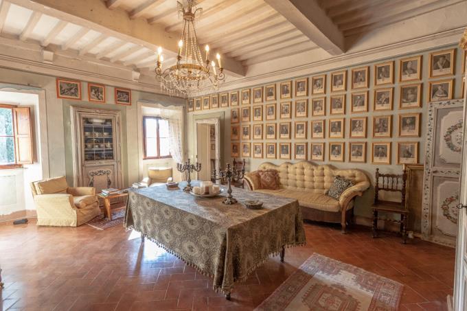 soggiorno-villa-di-prestigio-con-affreschi-piscina-in-vendita-toscana-pisa-volterra