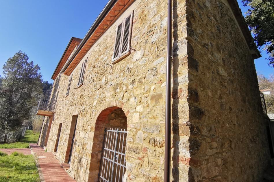 splendido-casale-in-pietra-con-torre-in-vendita-toscana-maremma-suvereto