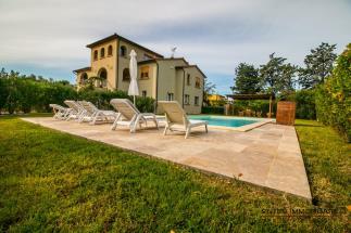 Prestigiosa villa contemporanea in vendita nella campagna di Bolgheri con piscina e palestra