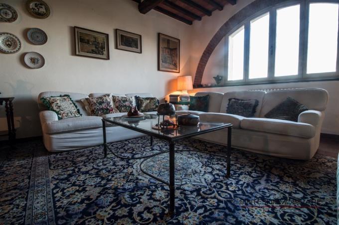 intimo-salotto-casale-di-prestigio-in-vendita-toscana-pisa-lari