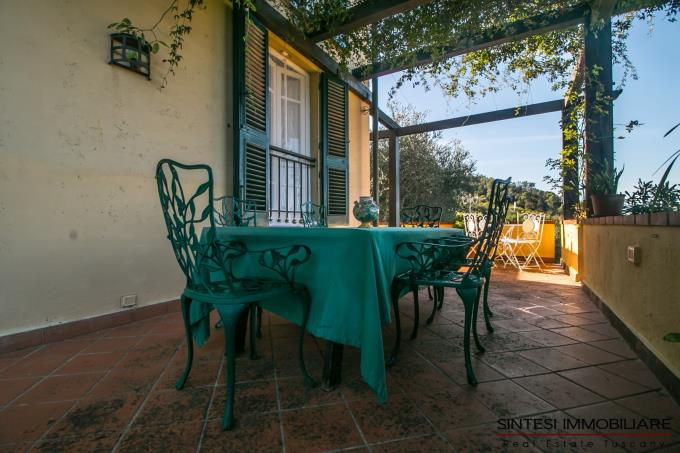terrazza-con-pergolato-splendida-villa-in-vendita-toscana-colline-lucchesi