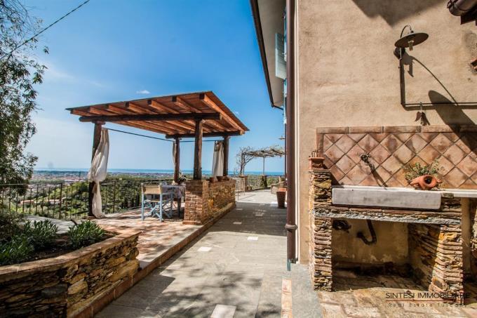 terrazza-finemente-arredata-esclusivo-casale-in-vendita-toscana-versilia-pietrasanta