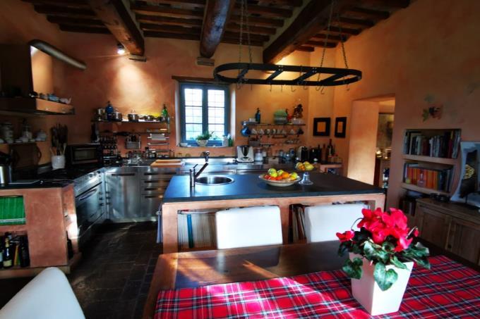 cucina-casale-d'epoca-con-torre-in-vendita-toscana-pisa-casciana-terme