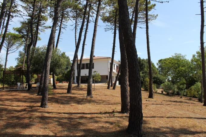 spazioso-giardino-esclusiva-villa-in-vendita-livorno-toscana-quercianella