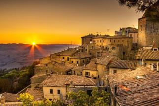 Enchanting top floor flat for sale with de priori square view in Tuscany in the heart of Volterra