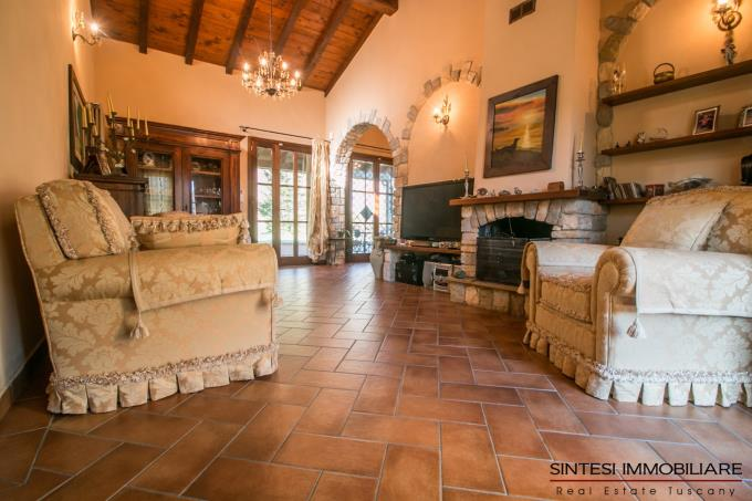 sala-con-camino-originale-autentico-casale-con-oliveta-in-vendita-toscana-pisa-lari