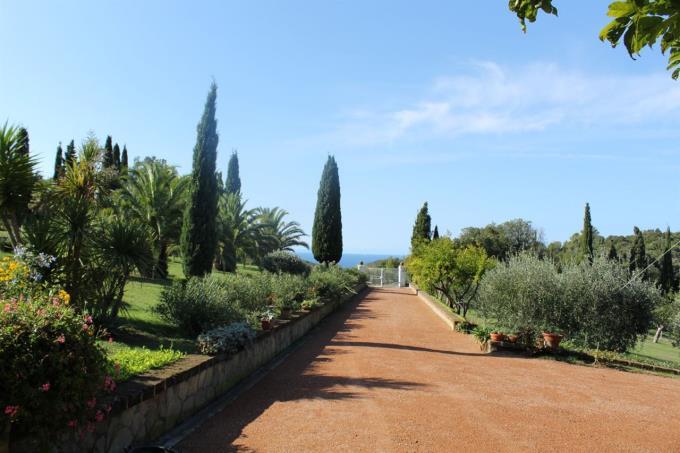 viale-d'ingresso-lussuosa-villa-vendita-toscana-quercianella