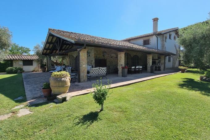 villa-di-charme-con-piscina-campo-calcio-in-vendita-toscana-sud-maremma-capalbio