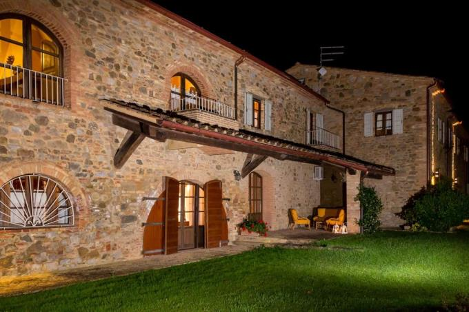 vista-notturna-casale-di-lusso-in-vendita-costa-toscana-pisa